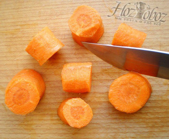 Помещаем кастрюлю с бульоном на огонь и варим примерно 2 часа. По прошествии отведенное для варки времени вынимаем из бульона кость и крупными кусками нарезаем морковь