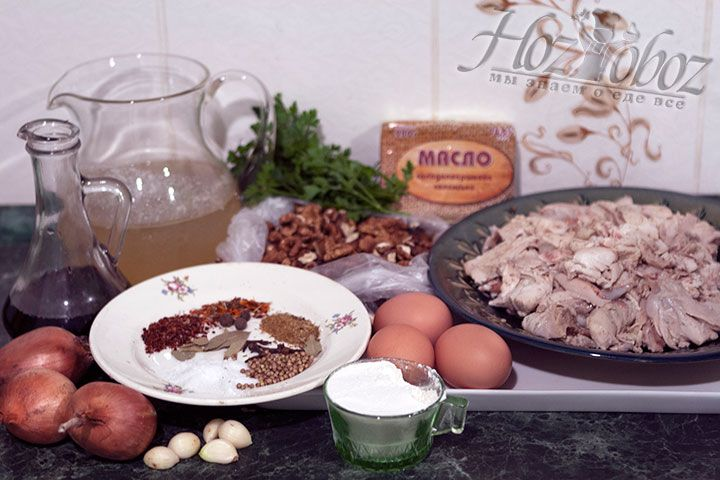 Теперь куски куриной туши надо очистить от кожи и костей. Затем подготовим грецкие орехи, зелень и чеснок, а также другие необходимые ингредиенты