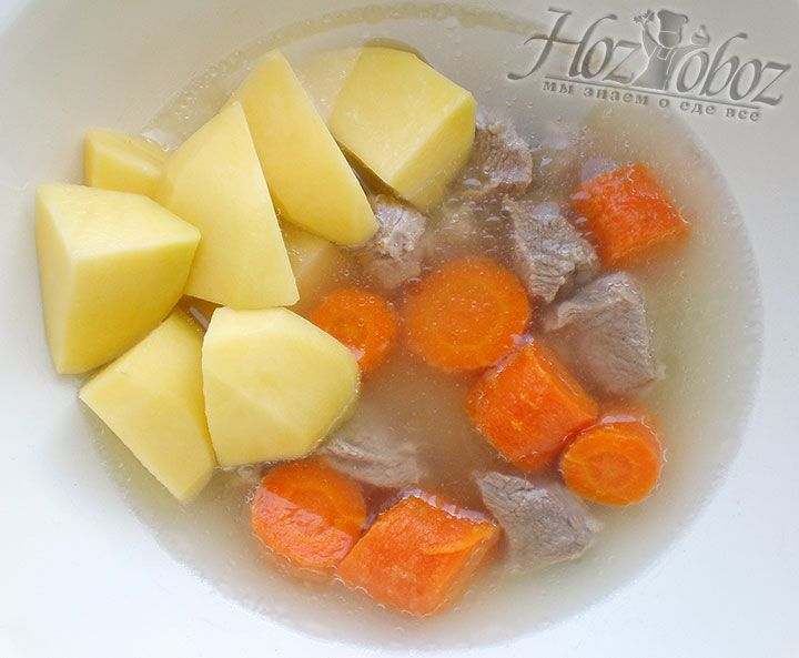 Как только бульон снова закипит, кладем в него нарезанные и очищенные заранее морковь и картофель