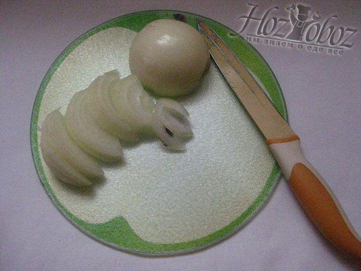 Для самого супа чистим и нарезаем половинками колец лук