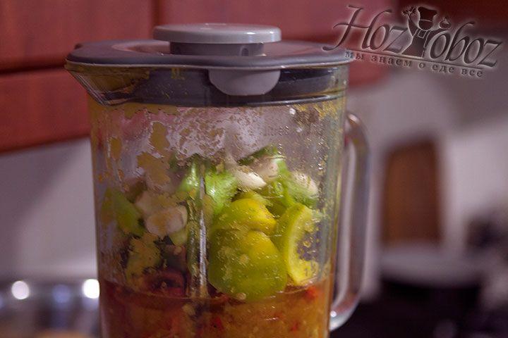 В чашу блендера помещаем лук, чеснок и болгарский перец и измельчаем их чтобы потом добавить в томатное пюре. Затем варим все ингредиенты около 4 часов