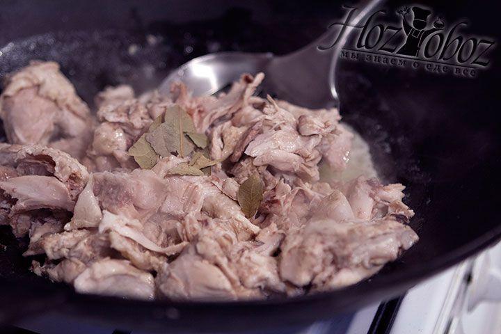 Вводим лавровые листочки, а затем достаем мясо из сковороды