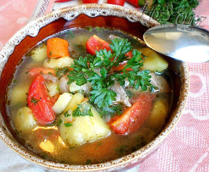 Готовый суп надо плотно закрыть и дать ему настояться по крайне мере час. Только потом можно разливать шурпу по тарелкам, посыпать свежей зеленью и потчевать гостей