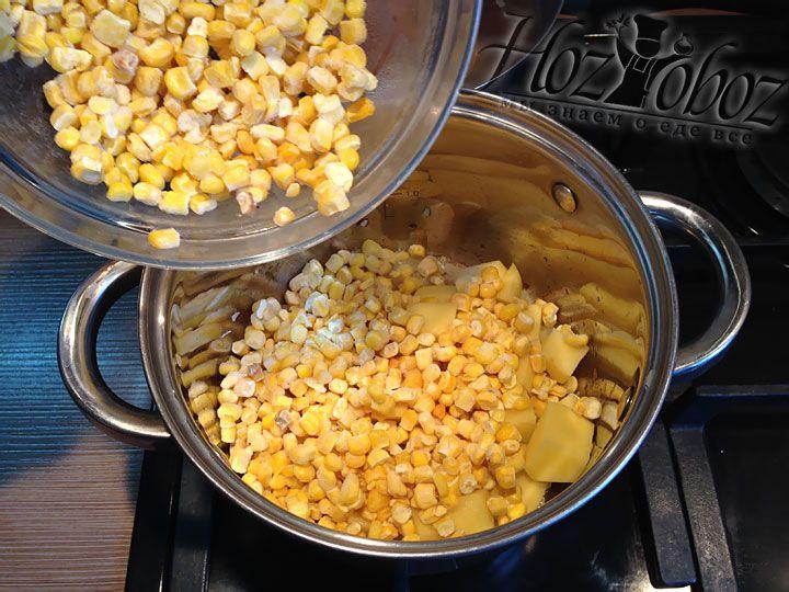 Высыпаем в кастрюлю 3 из 4 стаканов кукурузы