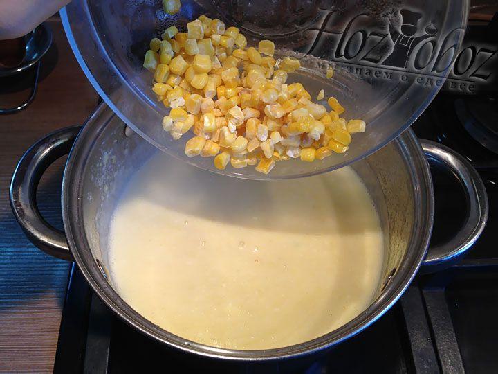Насыпаем с пюре стакан кукурузы, оставшийся во время приготовления