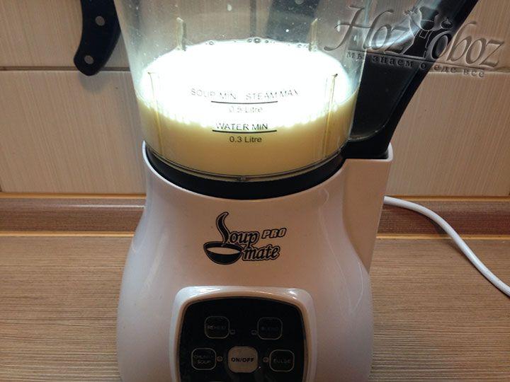В чашу блендера вливаем 300 мл молока