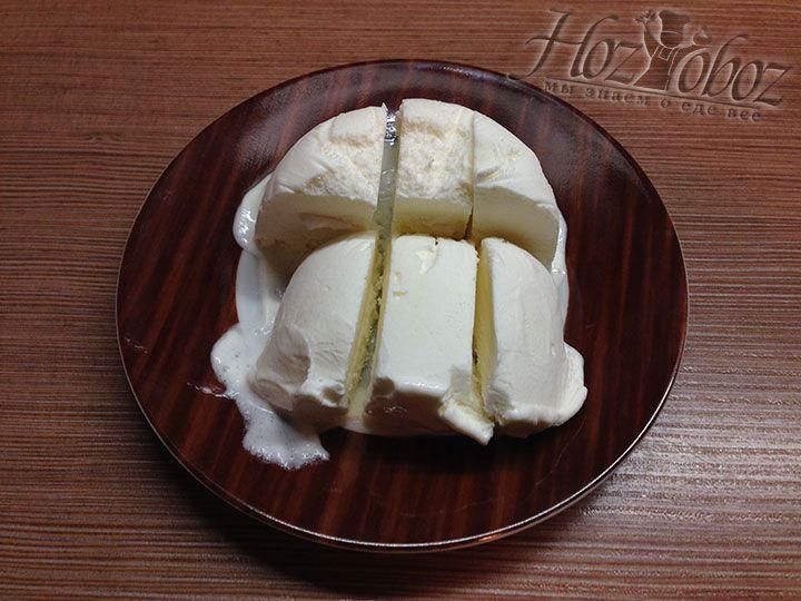 Измельчаем цельный кусок мороженного