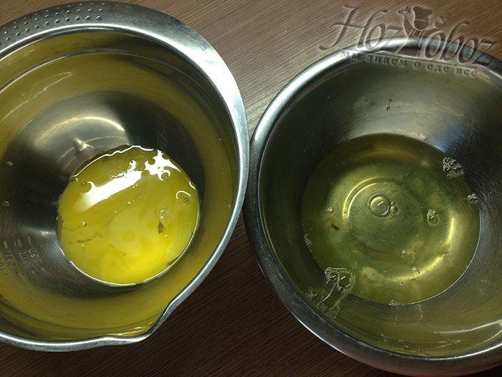Разделяем белки с желтками и помещаем их в глубокую посуду