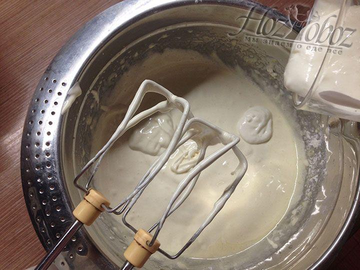 Сметану выливаем в тесто и взбиваем миксером