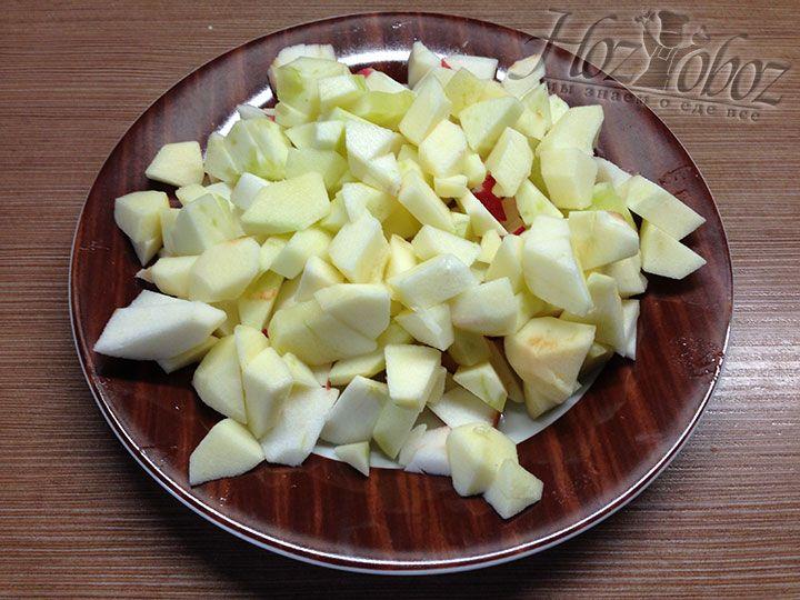 Яблоки очищаем от кожуры и нарезаем как на фото