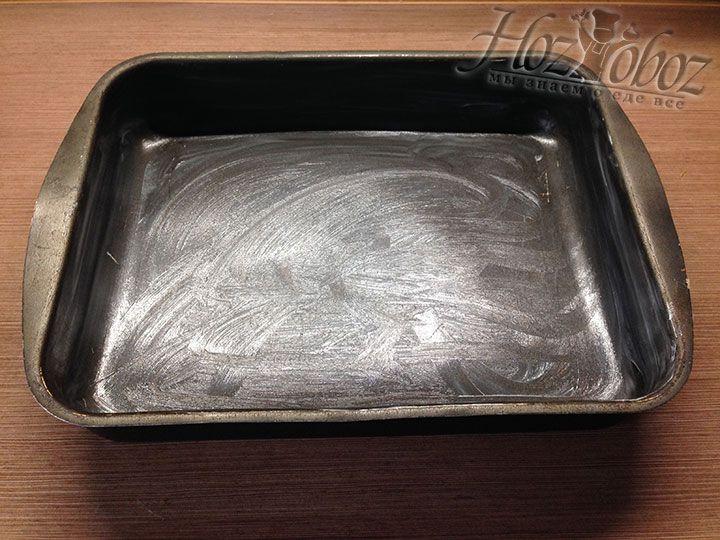 Смазываем маслом форму для пирога