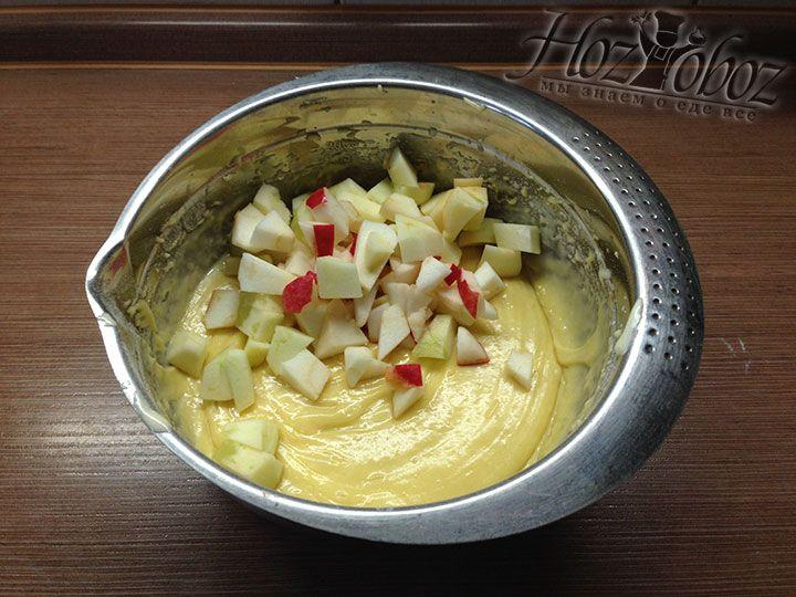 Нарезанные яблоки следует отправить прямо в тесто