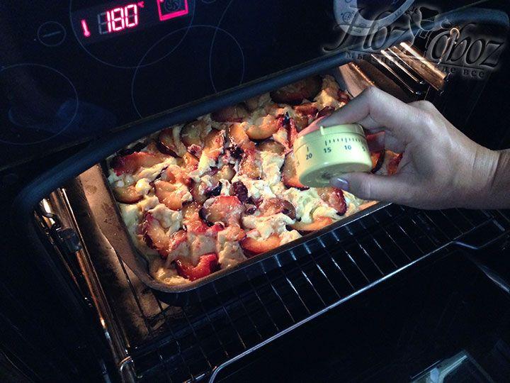 Выпекать пирог надо при температуре 180 градусов в два этапа. Первый раз поместите пирогов духовку на 15 минут