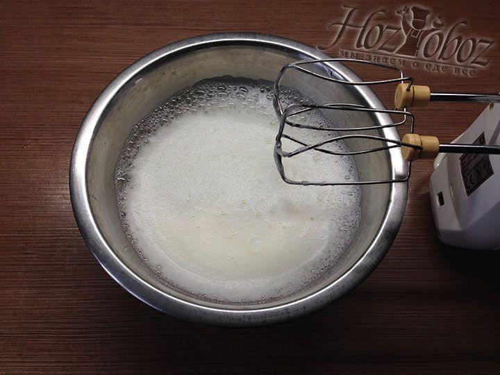 Поместите белки в сухую миску и чистыми венчиками взбейте их до появления пузырьков