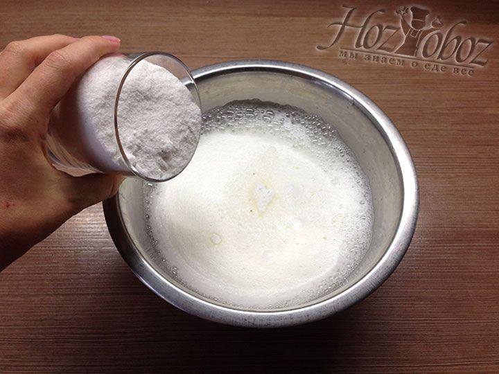 Всыпьте в белки сахарную пудру и взбивайте до тех пор пока пена не станет статичной