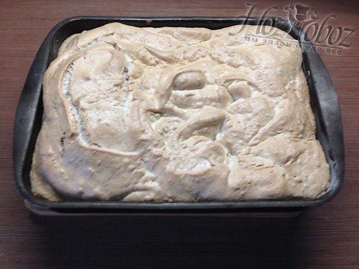 Пирог украшенный безе снова ставим в духовку и печем около 15-20 минут до готовности