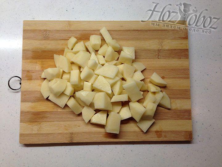 Клубни картофеля очищаем от кожуры и нарезаем