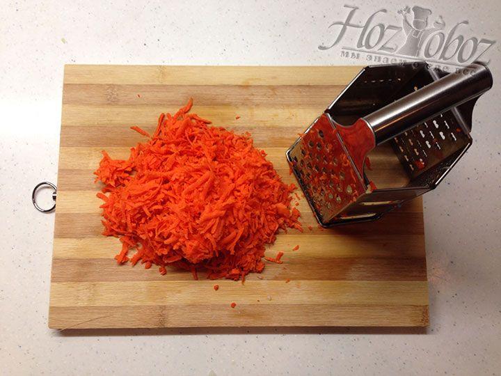 Очищенную морковь натираем