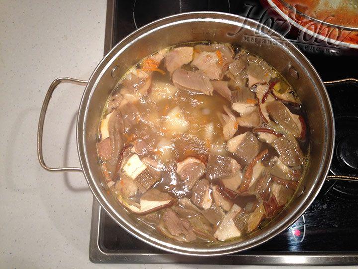 Нарезанную порционно свинину кладем обратно в суп