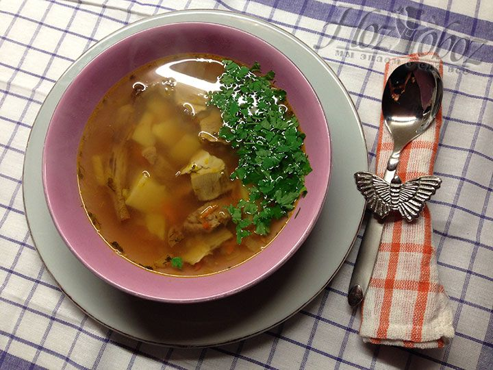 Подавать грибной суп следует горячим со свежей и ароматной зеленью