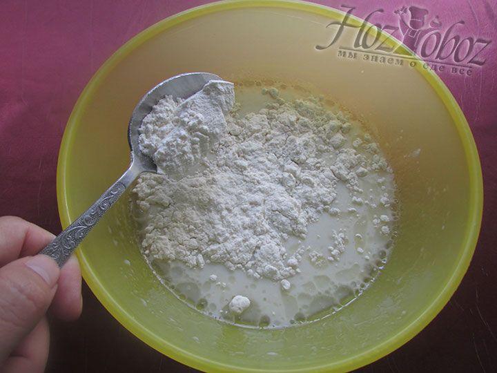 Небольшими порциями добавляем муку и постепенно вымешиваем тесто