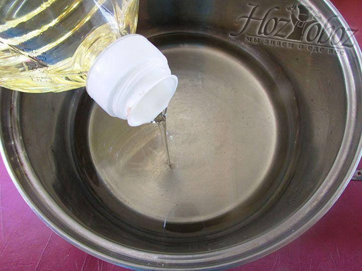 В глубокой кастрюле с толстым дном раскаляем растительное масло