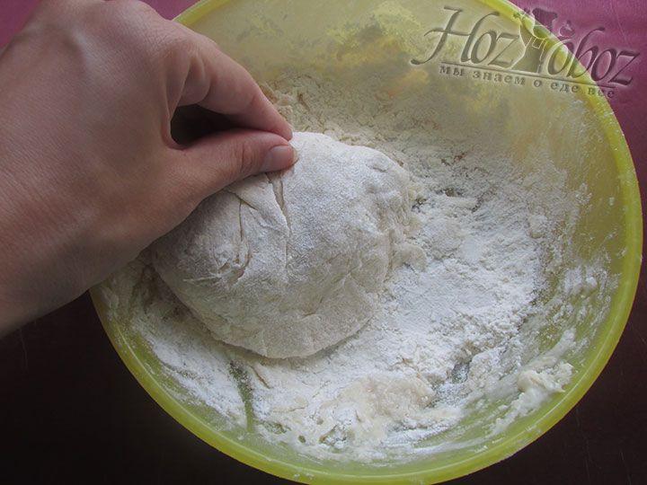 Теперь вручную земесим эластичное тесто и оставим его в теплом месте до увеличения объема