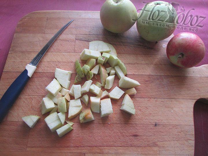 Яблоки моем, чистим и нарезаем кубиками