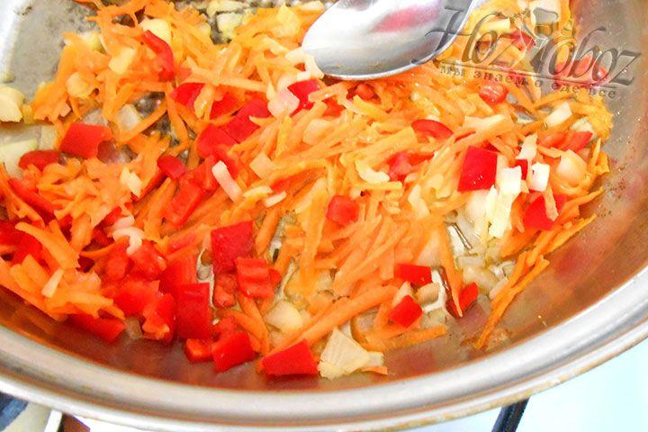 В растительном масле обжариваем лук, морковку и перец