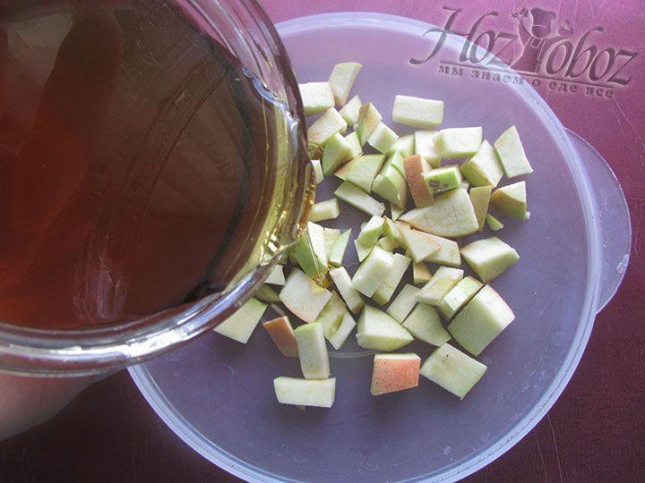 Добавляем мед и перемешиваем начинку
