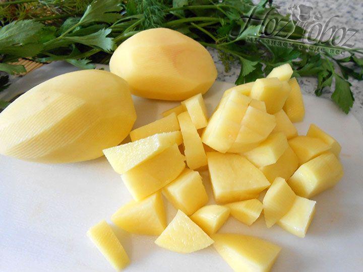 Картошку чистим, режем и добавляем в кастрюлю к курице, туда же кладем немного специй и соли, а также подготовленную заранее уже термически обработанную фасоль