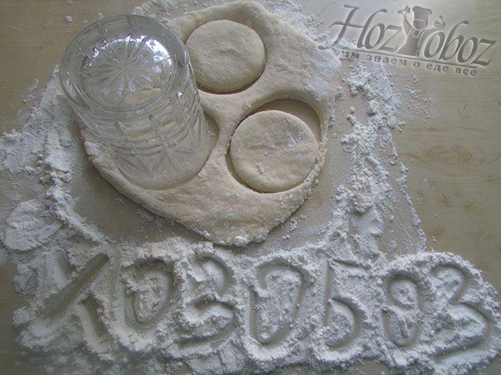 Стаканом формируем заготовки для пирогов
