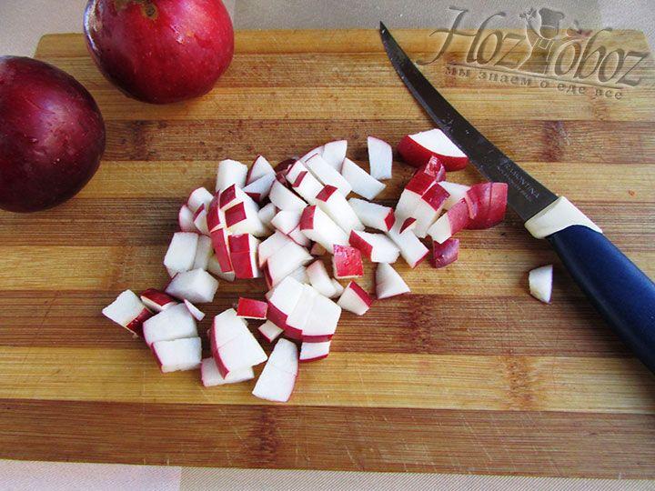 Яблоки моем и нарезаем мелкими дольками