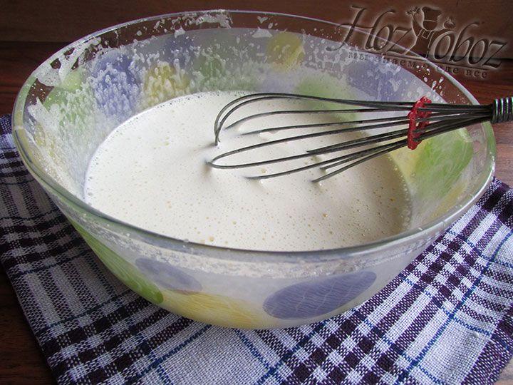 Для крема взбиваем с сахаром 2 куриных яйца