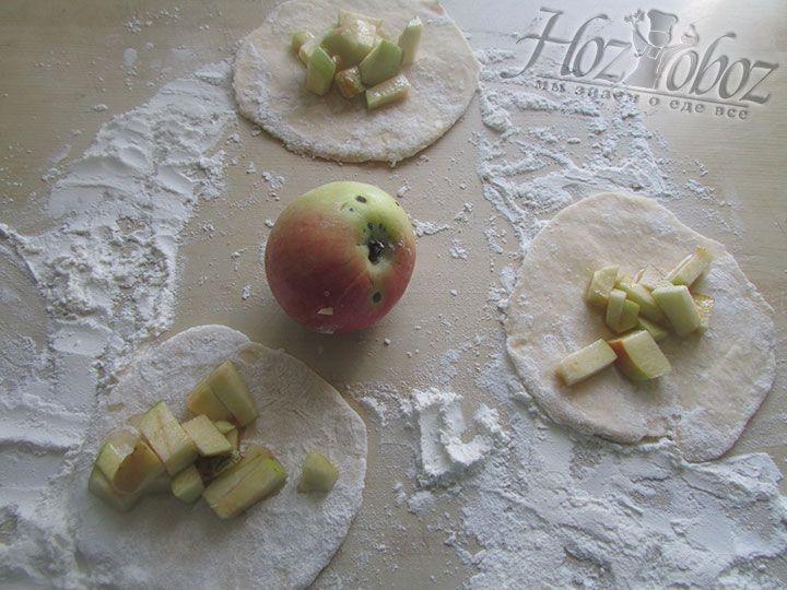 В середину каждой формы кладем начинку из яблок