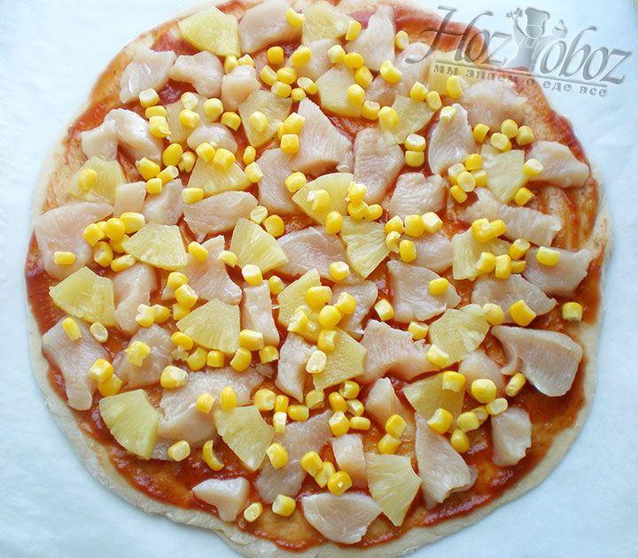 Затем на корж помещаем кусочки ананаса и консервированную кукурузы. При желании можно также немного полить пиццу ананасовым сиропом из банки