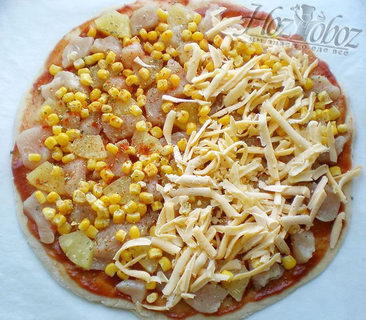 Сверху пиццу следует посыпать засушенным базиликом, паприкой и солью и, конечно, натертым твердым сыром