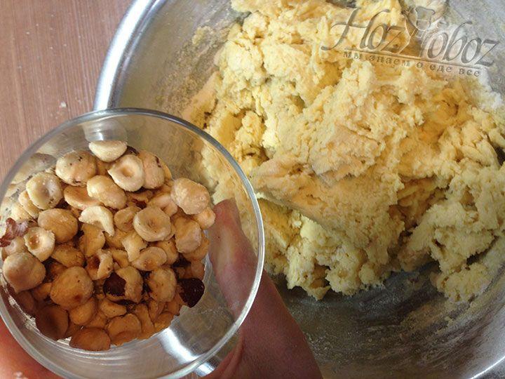 Фундук измельчаем кусочками и добавляем в готове тесто после чего хорошенько перемешиваем