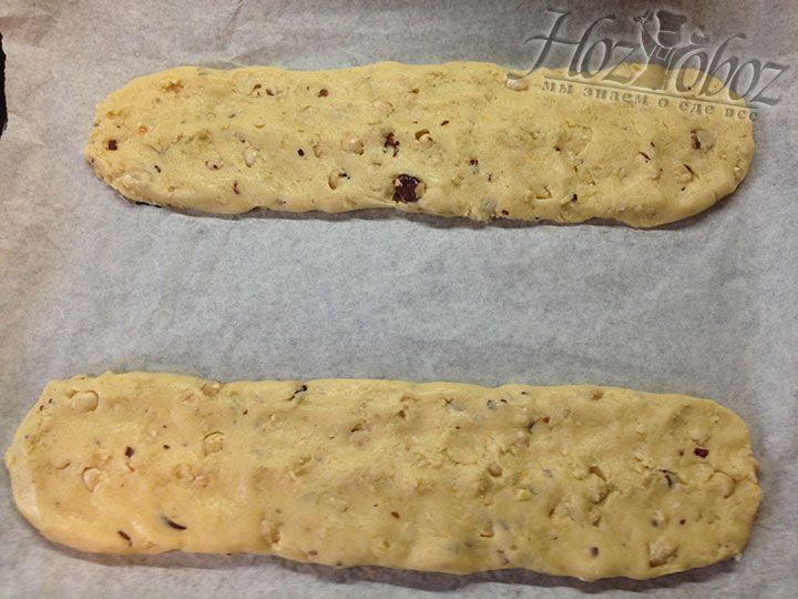 Противень устилаем бумагой и формируем из теста с орехами два длинных багета, которые укладываем на противень, слегка приплюснув