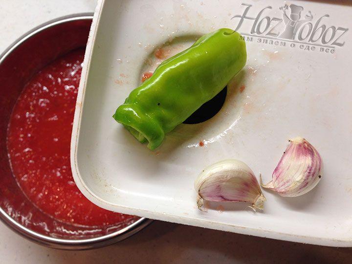 К перекрученным овощам добавляем чили и чеснок, предварительно пропущенные через мясорубку
