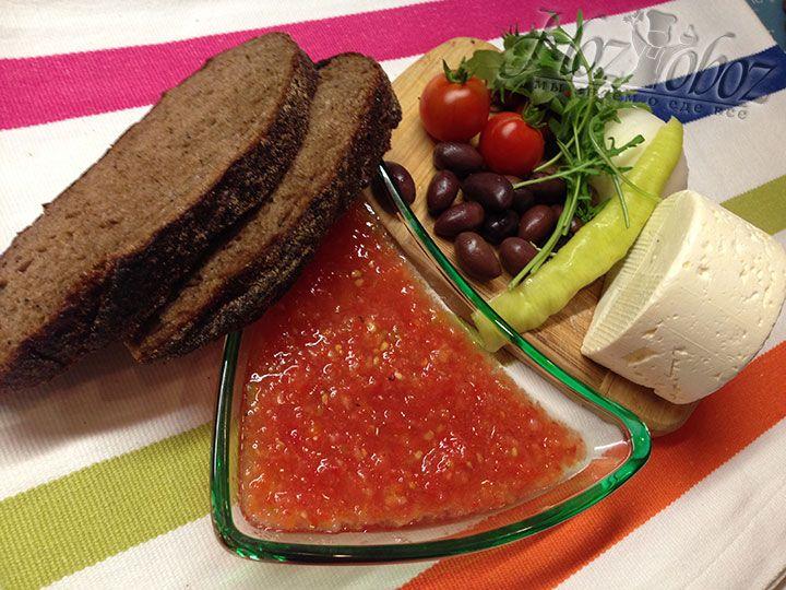 Такой соус прекрасно подойдет в качестве дополнения к любому мясному или овощному блюду, а еще он идеальное дополнение к ароматному мягкому сыру и свежему хлебу