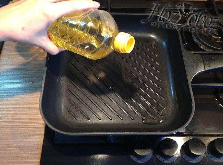 Если у Вас нет среди кухонной утвари цицила тапака используем сковородку гриль и разогреваем на ней растительное масло