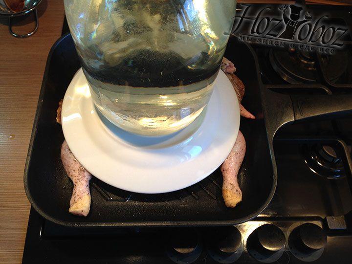 На цыпленка кладем тарелку, а вместо груза помещаем на конструкцию наполненную водой трехлитровую банку