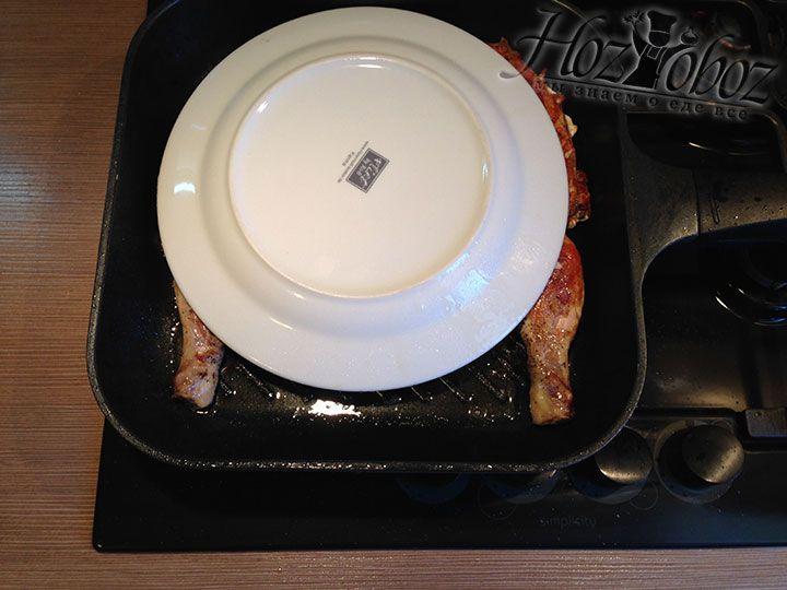 Снова накрываем тушку тарелкой