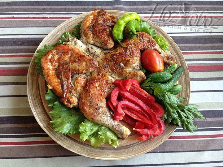 Для подачи цыпленка лучше сервировать со свежими овощами и ароматными травами