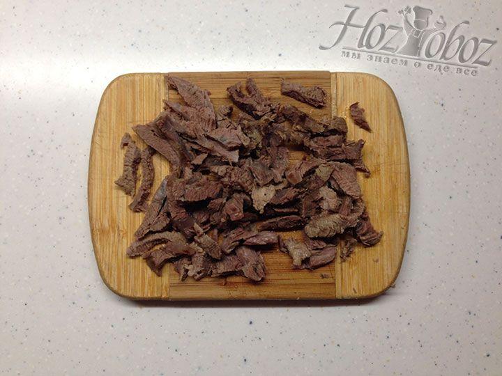 Отваренную свинину нарезаем соломкой