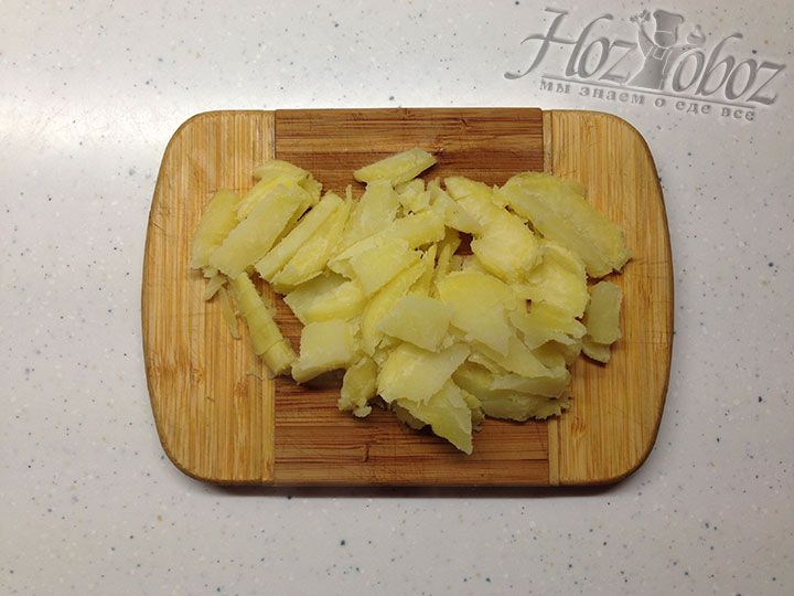 Брусочками измельчаем печеный картофель