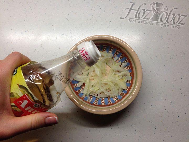 Заливаем лук яблочным уксусом и маринуем около 10 минут