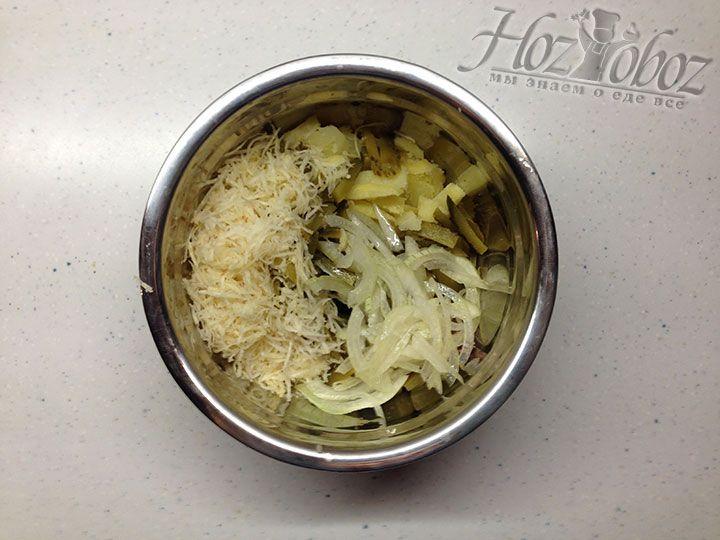 Выкладываем в миску лук с маринадом