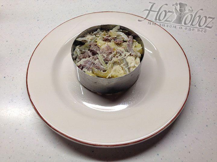 Сервируем салат на отдельные тарелки с помощью формовочного кольца